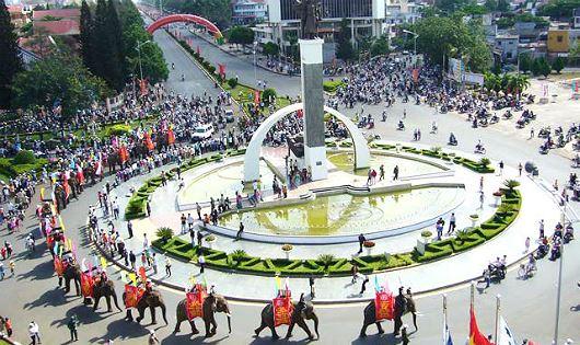 Người dân và du khách háo hức chờ tham gia Lễ hội đường phố tại Lễ hội cà phê lần thứ 7/2019.