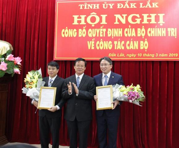 Công bố và trao quyết định của Bộ Chính trị về công tác cán bộ