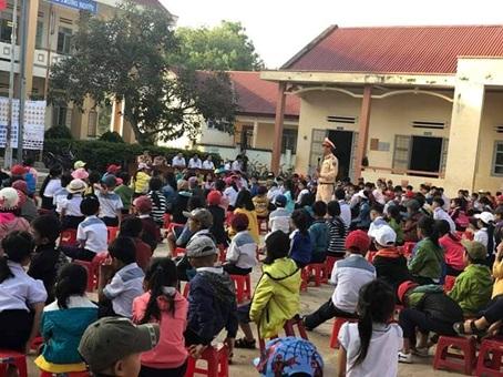 Hội LHPN huyện Krông Ana phối hợp tuyên truyền, phổ biến pháp luật về an toàn giao thông cho các em học sinh