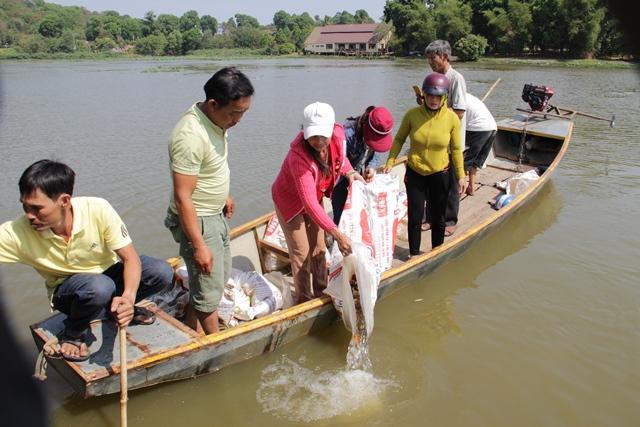Thả 21.000 con cá giống bổ sung nguồn lợi thủy lợi tại huyện Lắk