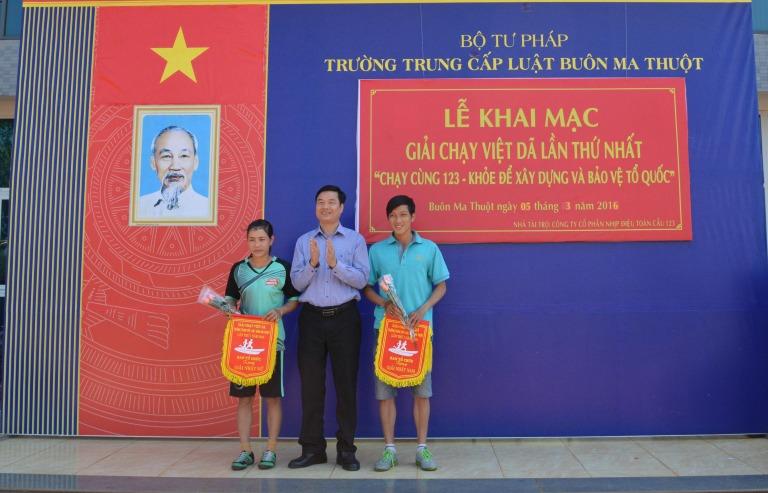 62 VĐV tham dự Giải Việt dã Trường Trung cấp Luật Buôn Ma Thuột lần thứ I năm 2016.