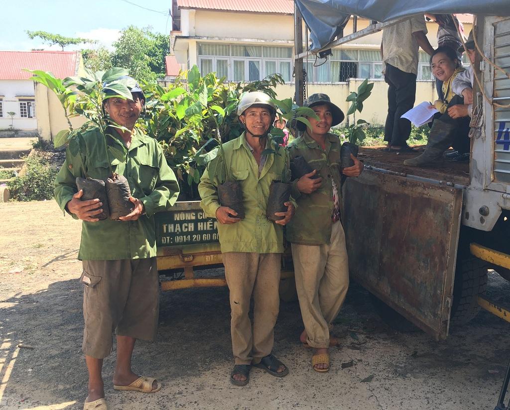 Cấp trên 3.700 cây giống thuộc dự án hỗ trợ sản xuất chương trình 30a tại xã Ea Lai, huyện M'Đrắk