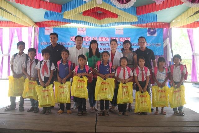 Khám, cấp phát thuốc miễn phí cho 300 người dân xã Krông Na, huyện Buôn Đôn