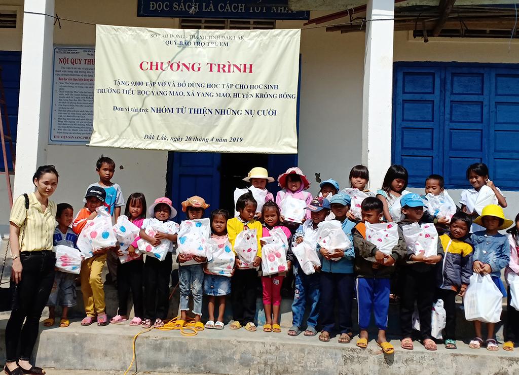 Trao 450 suất quà cho học sinh nghèo tại Trường Tiểu học Yang Mao