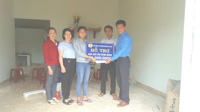 """LĐLĐ  huyện Ea H'Leo thăm tặng quà và bàn giao nhà """"Mái ấm công đoàn"""" nhân tháng công nhân năm 2019"""