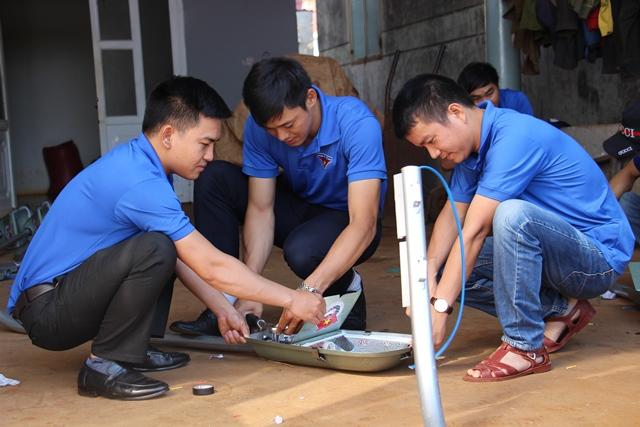 """Xây dựng công trình thanh niên """"Thắp sáng đường quê"""" tại huyện Cư M'gar"""