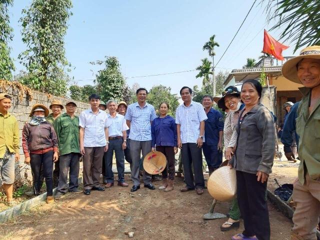Huyện ủy Cư Kuin hỗ trợ xây dựng đường bê tông tại thôn 10 xã Ea Ktur