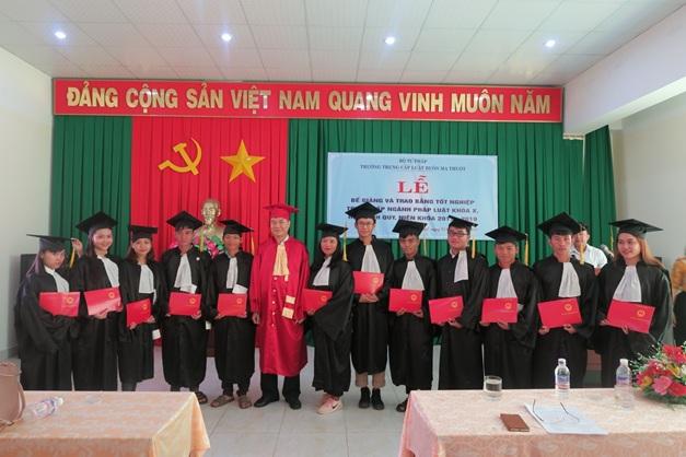 Trường Trung cấp Luật Buôn Ma Thuột tổ chức Lễ Bế giảng và trao bằng tốt nghiệp Trung cấp chuyên nghiệp Ngành Pháp luật khoá X