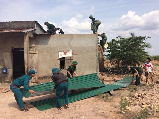 Đồn Biên phòng Ia Rvê giúp dân khắc phục hậu quả thiên tai