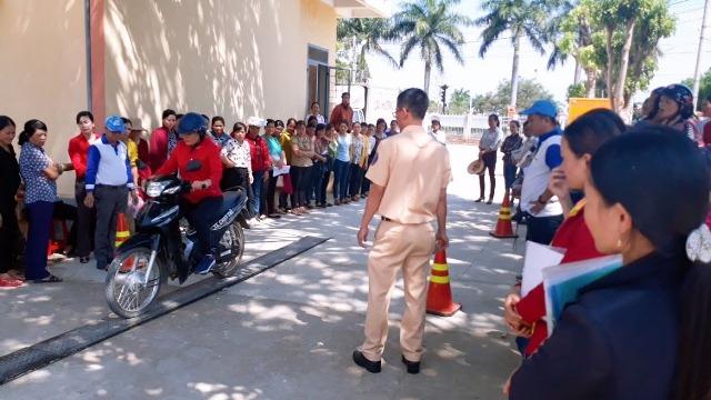 """Hội LHPN huyện Krông Ana phát động """"Phụ nữ hành động vì an toàn cho hành khách và người đi xe mô tô, xe gắn máy"""" năm 2019."""