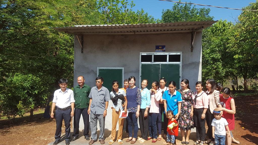 Bàn giao nhà đại đoàn kết cho hội viên phụ nữ ở xã Ea Tir