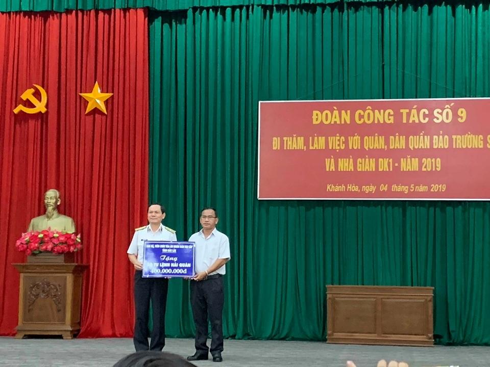 Đoàn công tác Tòa án nhân dân hai cấp tỉnh Đắk Lắk thăm và tặng quà quân dân huyện đảo Trường Sa