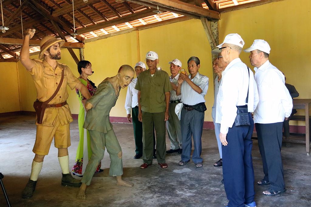Đoàn chiến sỹ cách mạng bị địch bắt tù đày thành phố Hà Nội thăm Nhà đày Buôn Ma Thuột