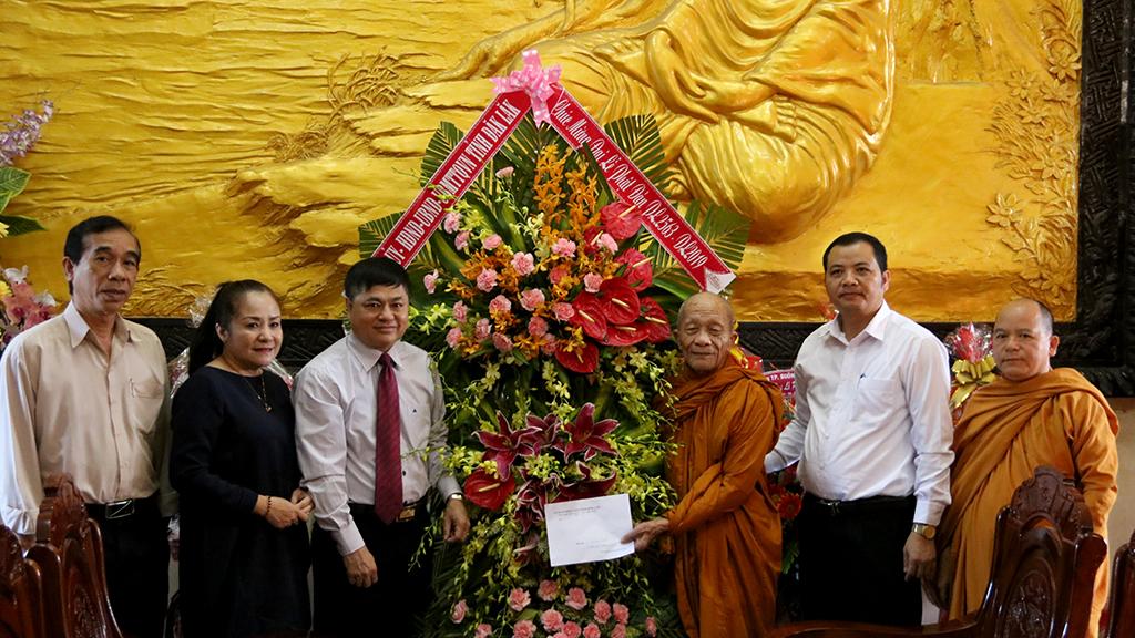 Thường trực Tỉnh ủy thăm, chúc mừng các cơ sở Phật giáo nhân Lễ Phật đản