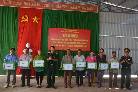 Bàn giao mô hình phát triển kinh tế cho 16 hộ nghèo huyện biên giới Ea Súp