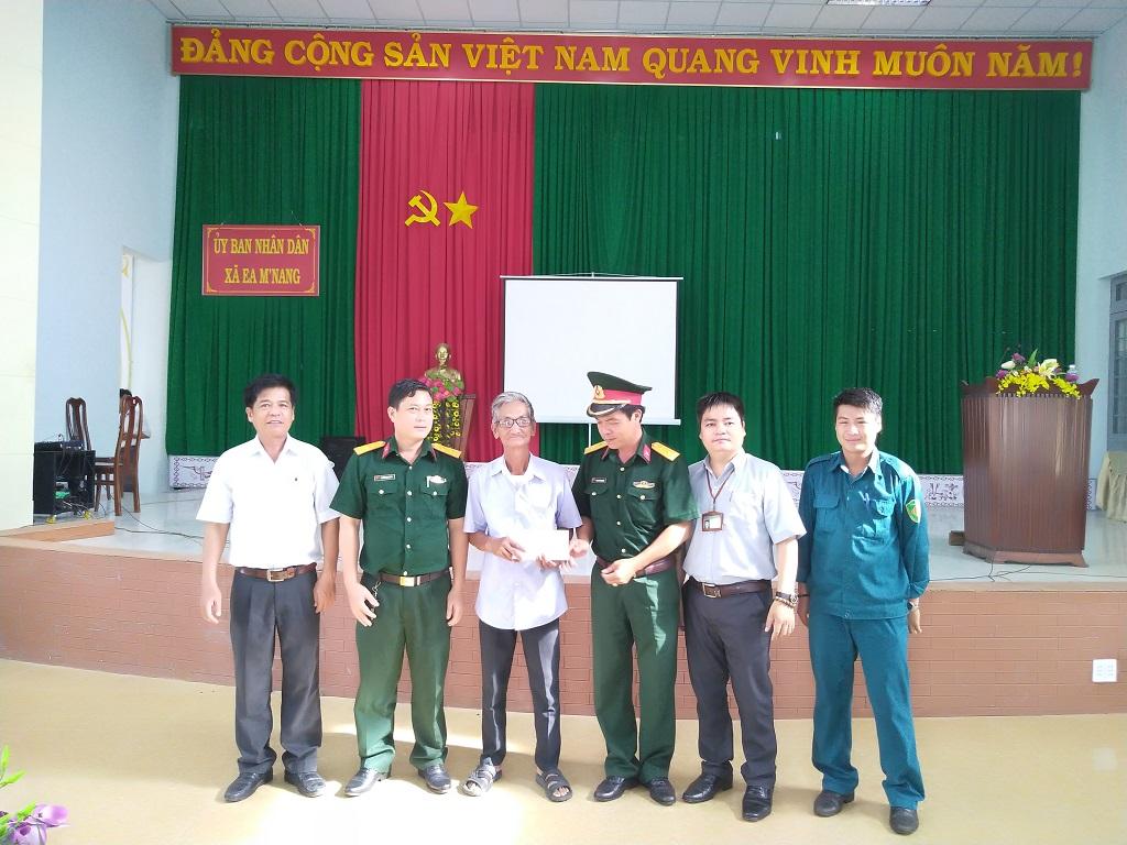 Ban CHQS huyện Cư M'gar thăm và tặng quà thương binh Đoàn 559