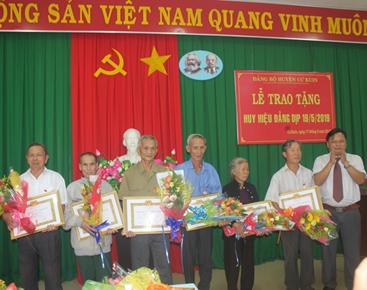 Huyện ủy Cư Kuin trao huy hiệu Đảng cho 19 đảng viên