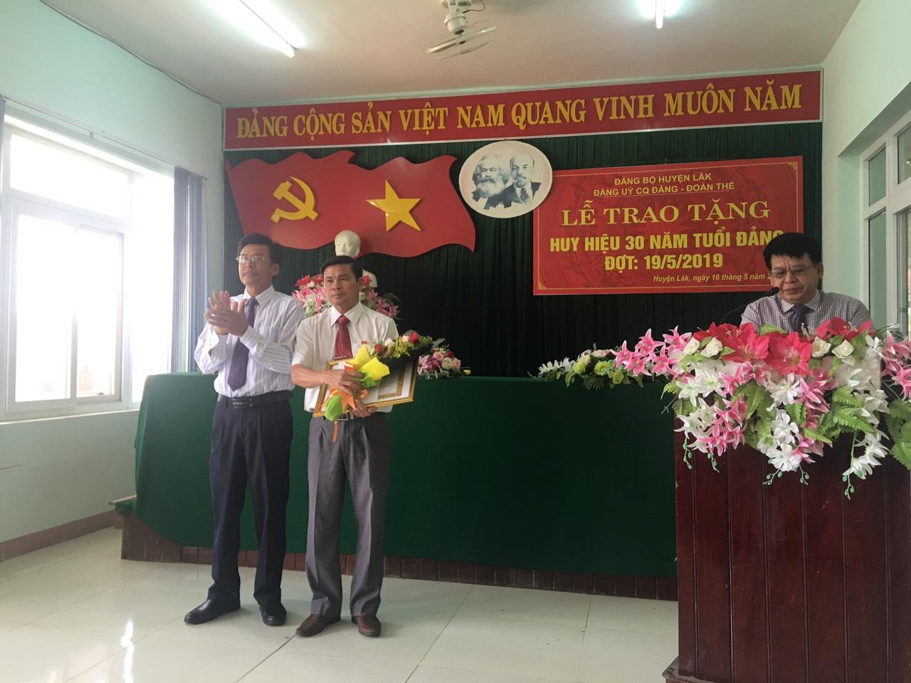 Huyện Lắk trao Huy hiệu Đảng đợt 19-5