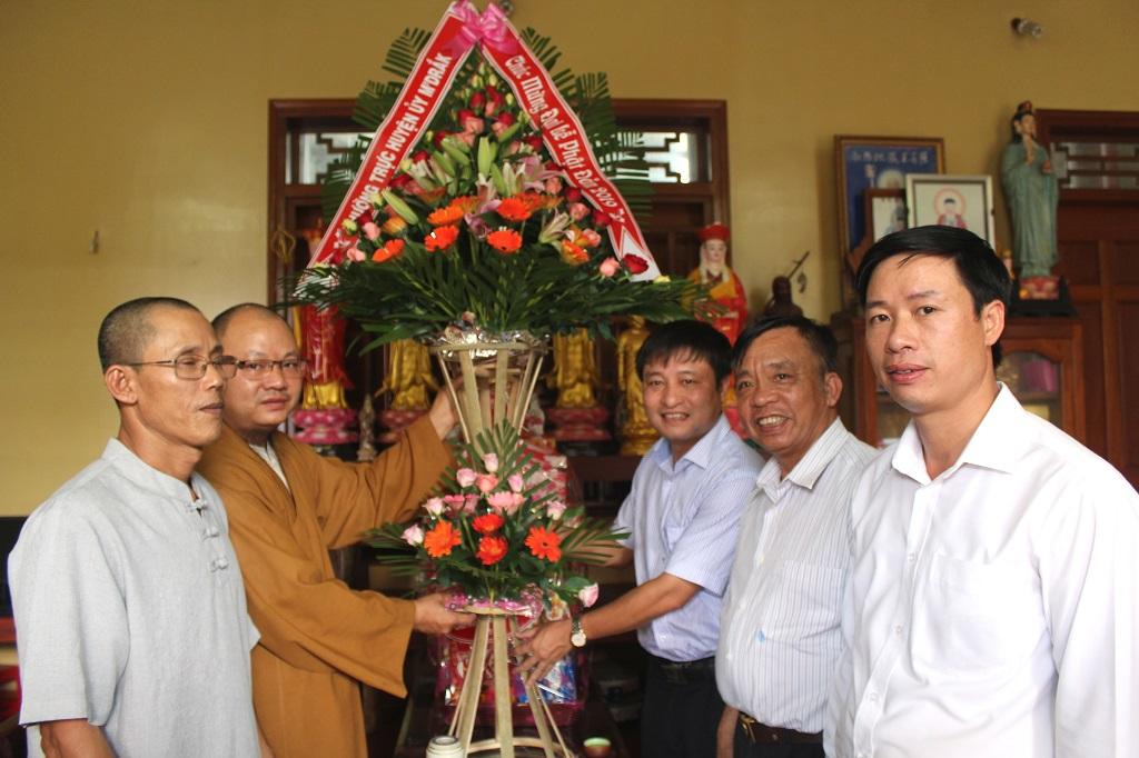 Lãnh đạo Huyện ủy M'Đrắk thăm, chúc mừng chùa Khánh Sơn