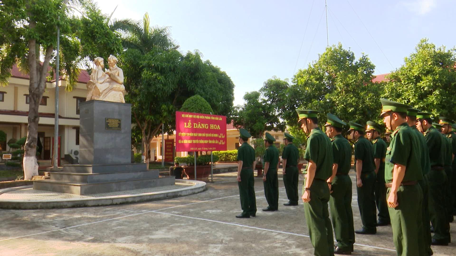 Bộ đội Biên phòng tỉnh Đắk Lắk dâng hoa tượng đài Bác Hồ với Chiến sĩ Biên phòng