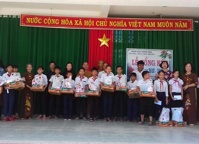 Tặng quà cho học sinh nghèo tại Trường THCS Hòa Phong huyện Krông Bông