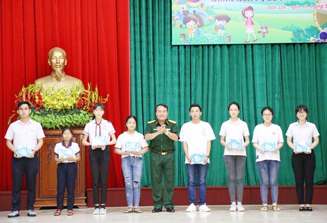 Bộ Chỉ huy Quân sự tỉnh: Gặp mặt biểu dương, khen thưởng các cháu học sinh đạt thành tích xuất sắc trong năm học 2018 - 2019