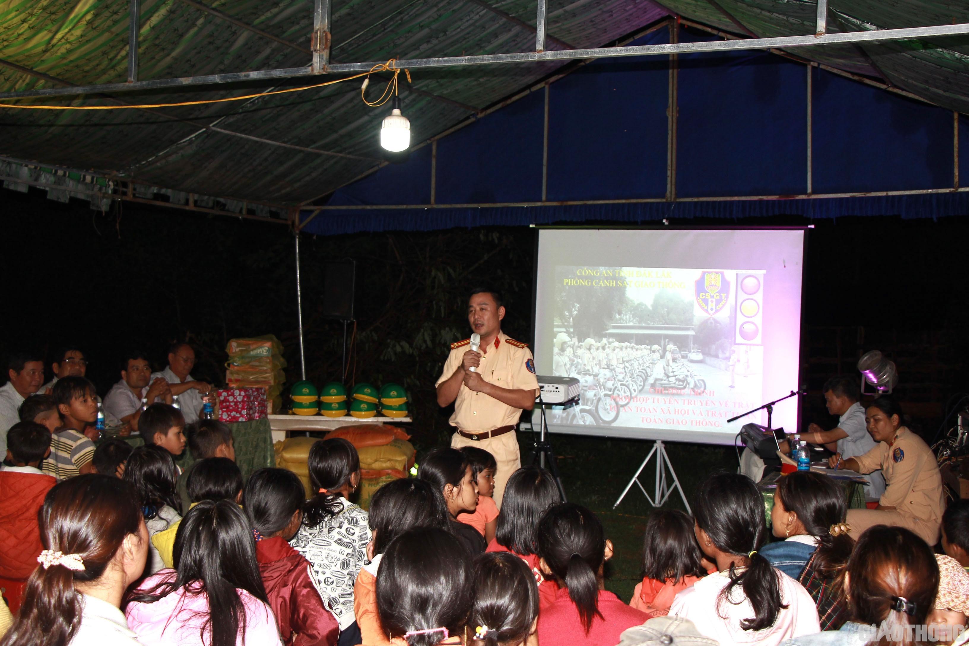 Phòng CSGT Công an tỉnh Đắk Lắk tuyên truyền cho người dân trên các tuyến quốc lộ huyện Krông Pắk