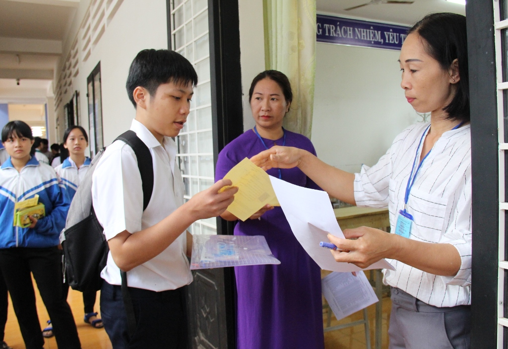 Gần 2.000 thí sinh thi tuyển vào lớp 10 Trường THPT Chuyên Nguyễn Du và Dân tộc nội trú Nơ Trang Lơng năm học 2019-2020