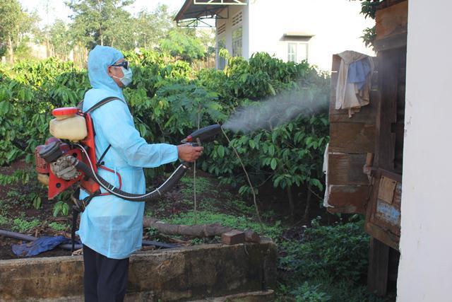 Tiến hành phun hóa chất chủ động phòng chống sốt xuất huyết tại 7 xã có số mắc cao