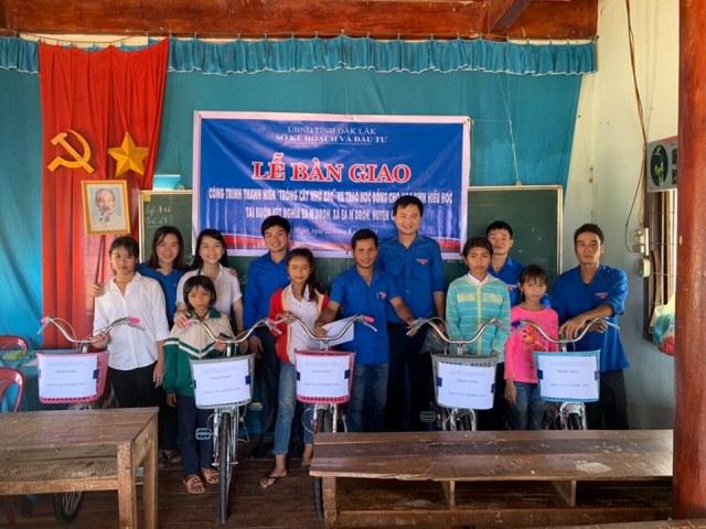 """Bàn giao công trình thanh niên """"Trồng cây nhớ Bác"""" và trao tặng học bổng cho học sinh nghèo hiếu học huyện Cư M'gar"""
