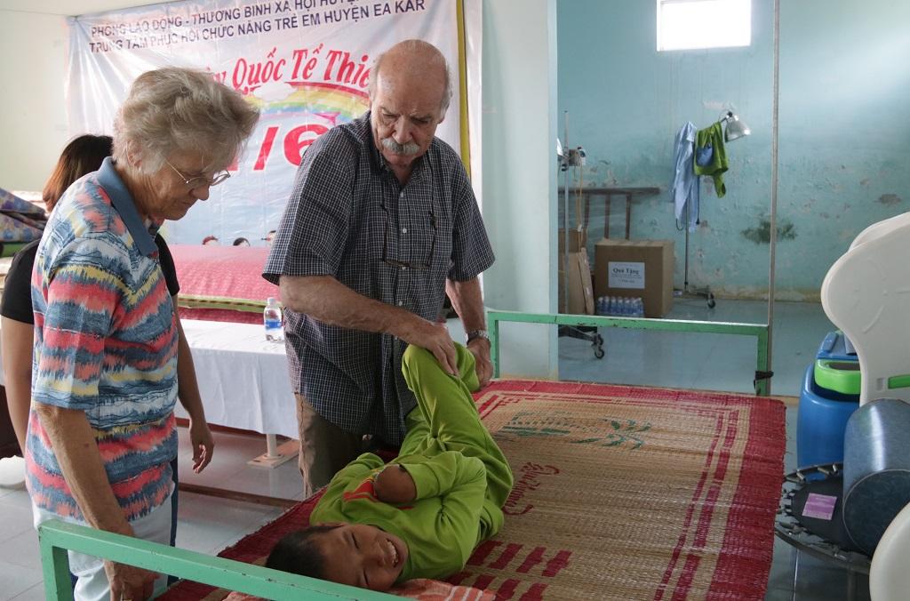 Chương trình khám sàng lọc miễn phí dị tật cơ xương khớp – sẹo bỏng tại huyện Ea Kar