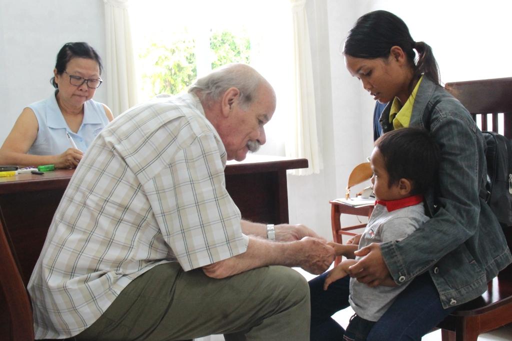 Khám sàng lọc miễn phí dị tật cơ xương khớp, sẹo bỏng cho trẻ em