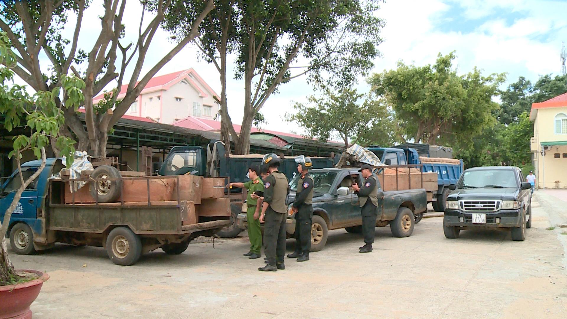 Nổ súng vây bắt nhóm đối tượng vận chuyển gỗ trái phép