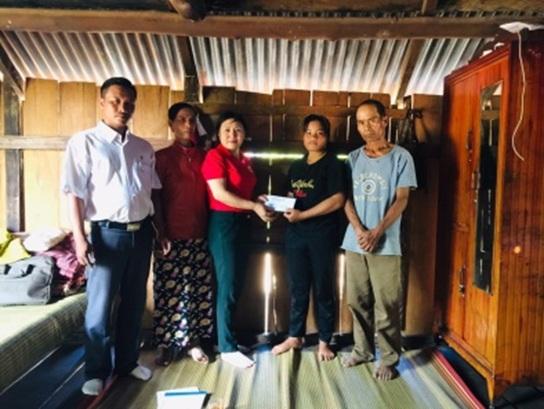 Hội chữ thập đỏ huyện M'Đrắk: Trao hỗ trợ cho học sinh nghèo.