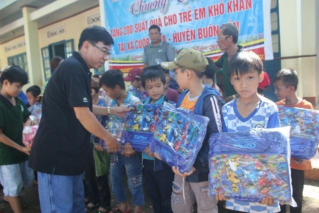 Trao 200 suất quà cho học sinh nghèo xã Cuôr Knia huyện Buôn Đôn