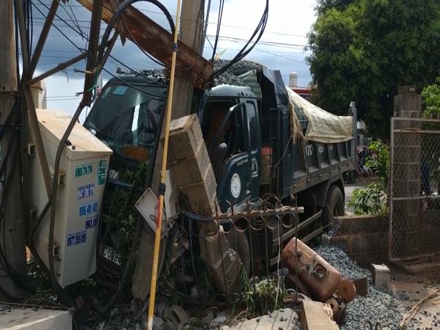 Tai nạn giao thông 2 người tử vong, 600 hộ dân mất điện