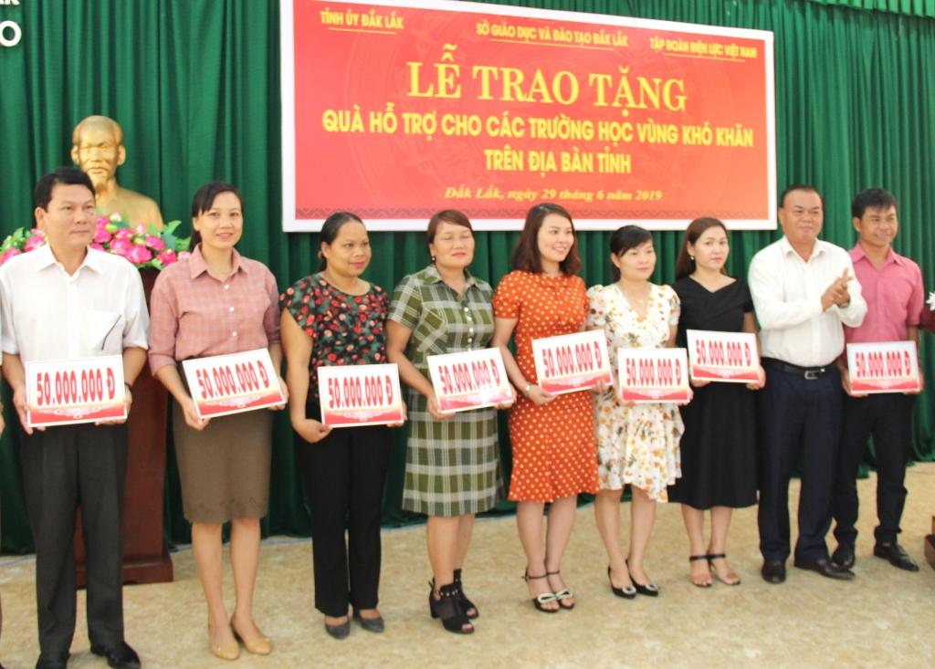 Trao tặng quà hỗ trợ cho các trường học thuộc vùng khó khăn trên địa bàn tỉnh