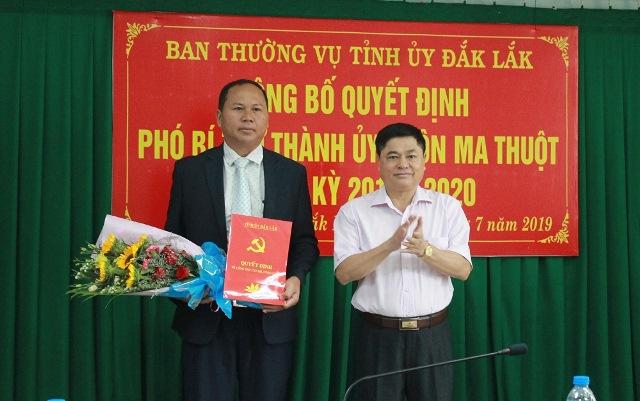 Ban Thường vụ Thành ủy Buôn Ma Thuột công bố quyết định chuẩn y chức danh Phó Bí thư Thành ủy nhiệm kỳ 2015 – 2020.