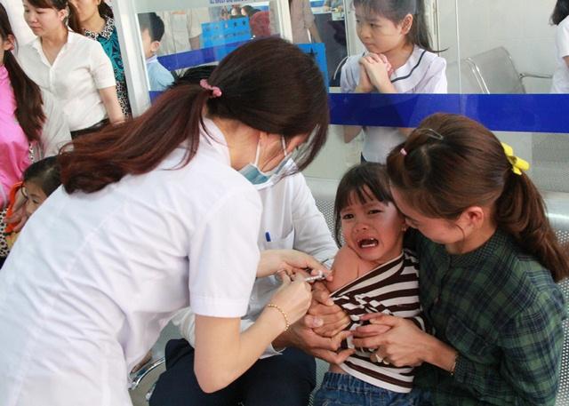 """Chen lấn tiêm phòng dịch """"viêm màng não mô cầu"""""""