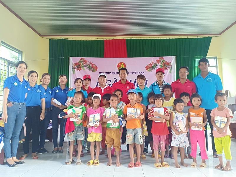 Ngày hội Hoa phượng đỏ cho thiếu nhi có hoàn cảnh khó khăn tại huyện Lắk