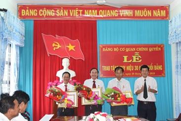 Trao Huy hiệu 30 năm tuổi Đảng cho 3 đảng viên