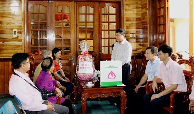 Đoàn công tác của Thường trực Tỉnh ủy thăm và tặng quà các gia đình chính sách trên địa bàn tỉnh