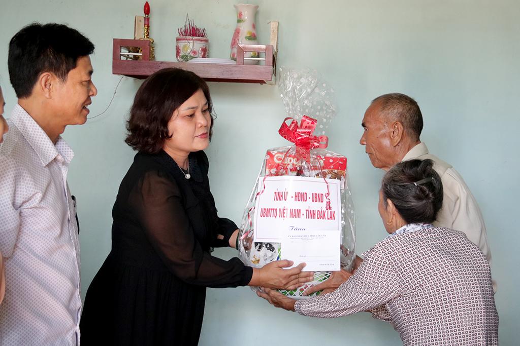 Lãnh đạo tỉnh thăm và tặng quà các gia đình chính sách trên địa bàn tỉnh