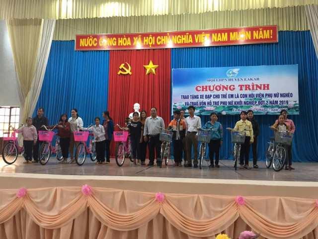 Hội LHPN huyện Ea Kar tặng xe đạp cho 32 học sinh nghèo vượt khó và trao vốn khởi nghiệp cho phụ nữ nghèo