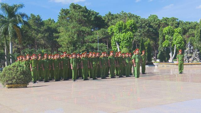 Phòng Cảnh sát cơ động dâng hương tưởng niệm tại Nghĩa trang liệt sĩ