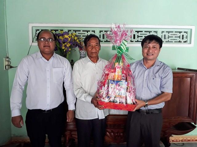 Lãnh đạo huyện M'Đrắk thăm, tặng quà đối tượng chính sách tiêu biểu