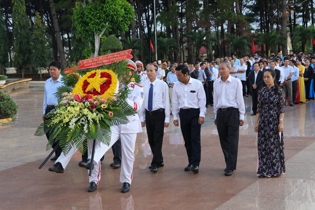 Lãnh đạo tỉnh viếng Nghĩa trang liệt sỹ nhân kỷ niệm 72 năm Ngày Thương binh - Liệt sỹ