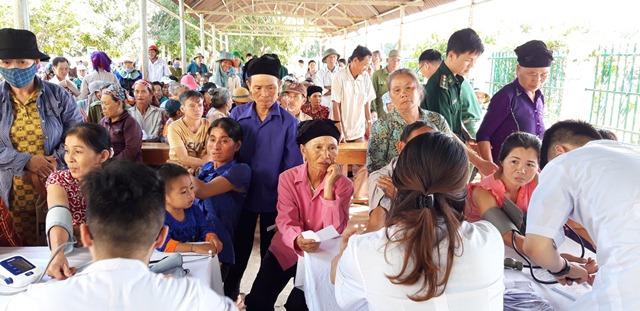 Hơn 500 người dân biên giới được khám và cấp phát thuốc miễn phí