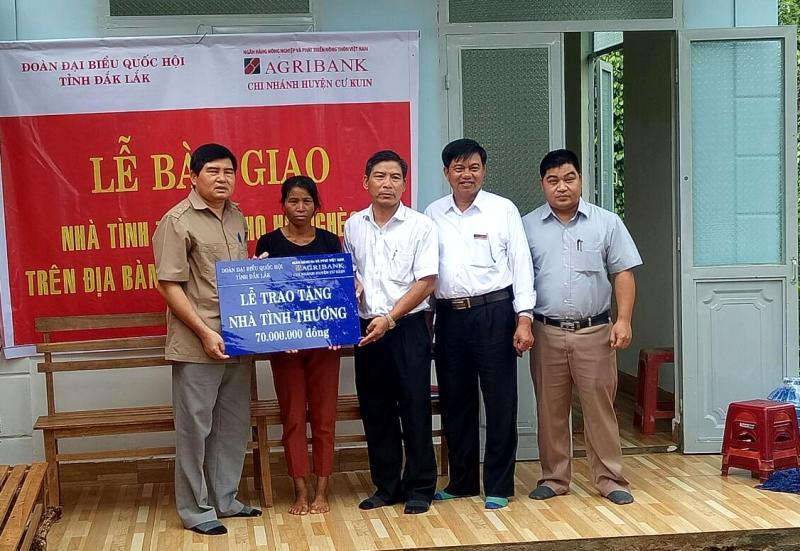 Bàn giao nhà Tình thương tại huyện Cư Kuin