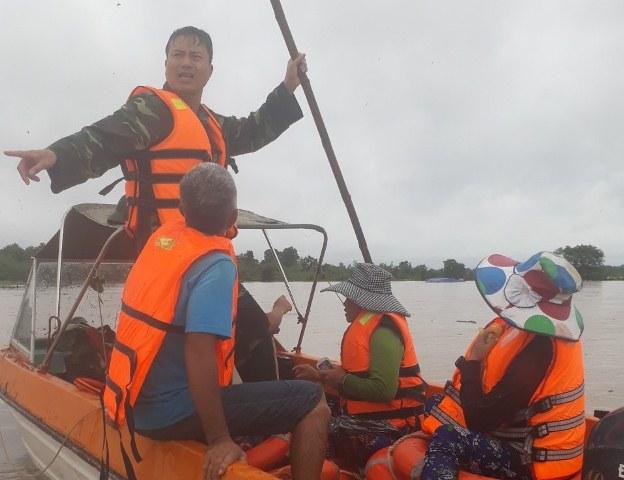 BĐBP Đắk Lắk triển khai lực lượng sơ tán người dân bị cô lập do mưa lũ đến nơi an toàn